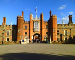 7.Hampton Court Palace